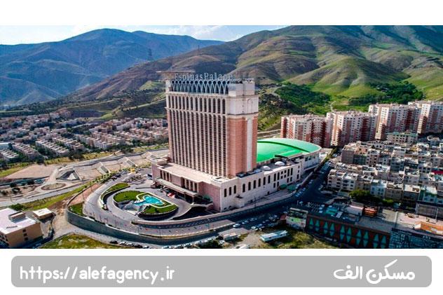 نمایی از هتل اسپیناس پالاس در زمین های سعادت آباد